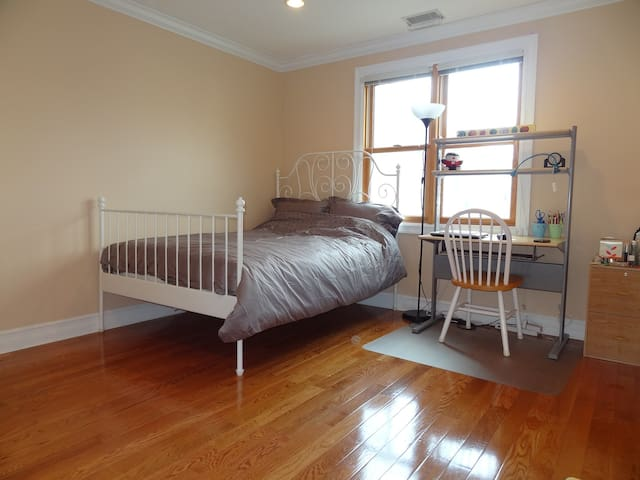 Spacious sun-filled room near Longwood