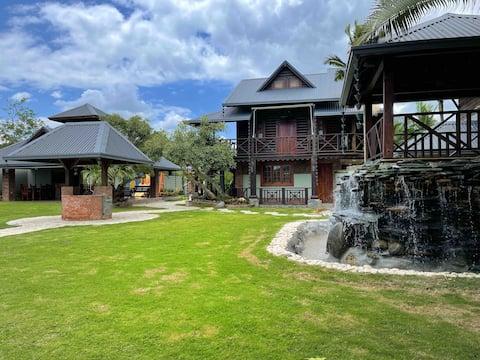 Jacuzzi, pool and bar 3 bedroom villa.