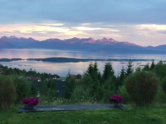 Panoramautsikt til fjord og fjell