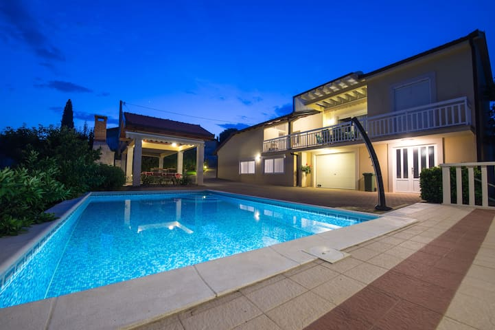 Family House, Quiet Location, Pool, Terrace, WiFi
