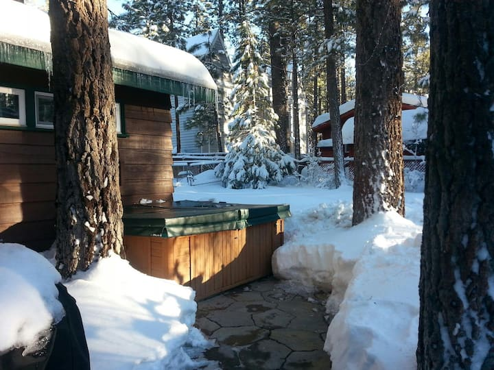 Chalet Dubois-Snow!Hot tub,wi-fi,no pets!