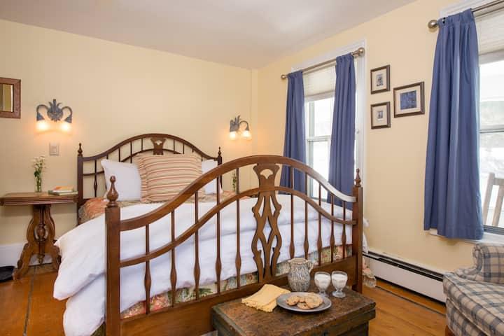 Maya's Room - Golden Stage Inn