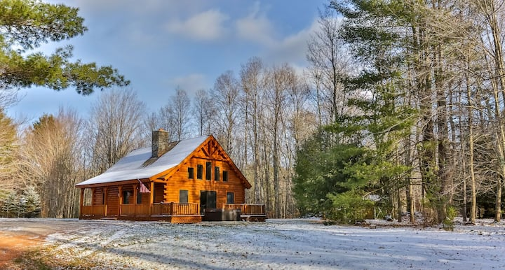 Luxury Cabin w/ Hot Tub Close to Both Ski Resorts