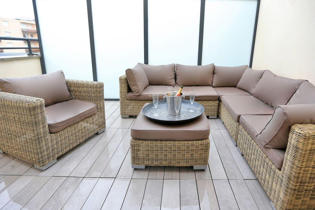 Terrasse privative équipée d'un salon