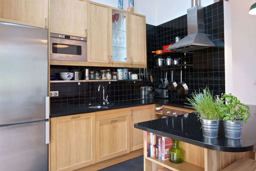 Stylish and well equipped kitchen with breakfast bar