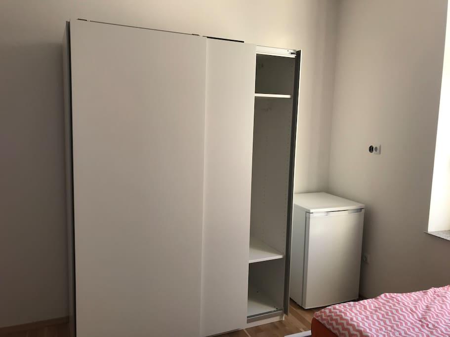 Der Kleiderschrank bietet ausreichend Stauraum. Zimmereigener Kühlschrank vorhanden.