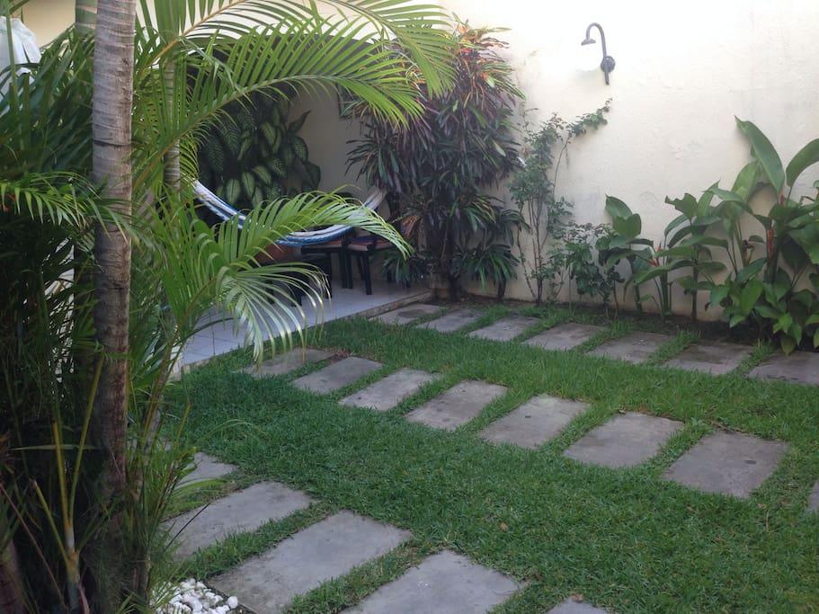 Patio delantero (front yard)