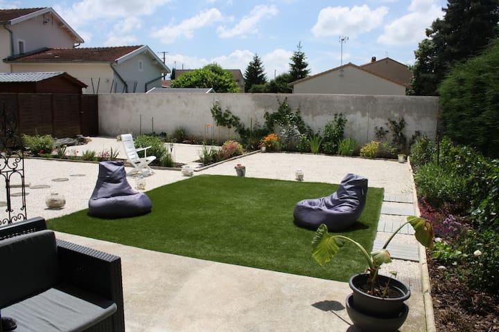 Chambre privée et petit salon pour 4 + petit dej - Romans-sur-Isère - Hus