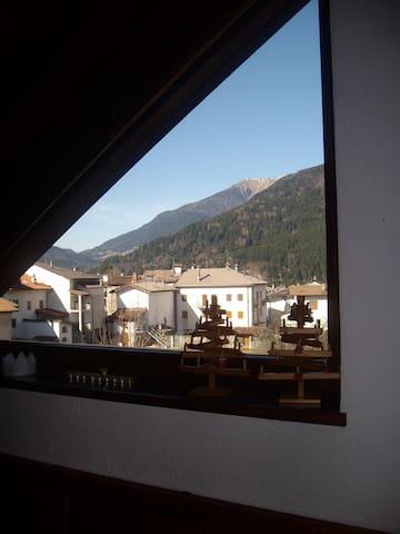 Vista dalla mansarda sulle montagne circostanti .