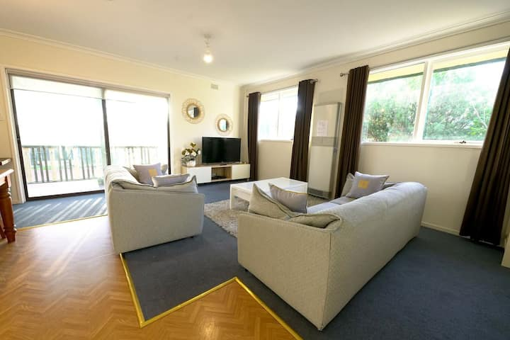 Family Home in Prime Location Melbourne Free WIFI-- FTG005