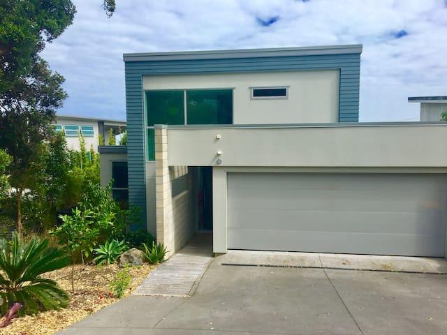 Modern beach pad getaway - Muriwai - Huis