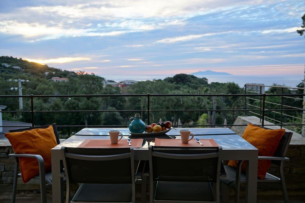 Terrasse de l'appartement, vue sur la mer dans la lumière du lever du soleil