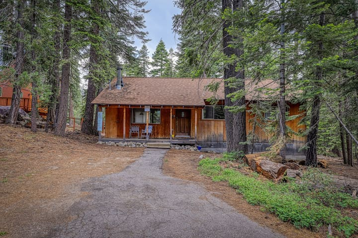 Cozy family cabin  close to skiing - walk to Lake Tahoe & town!