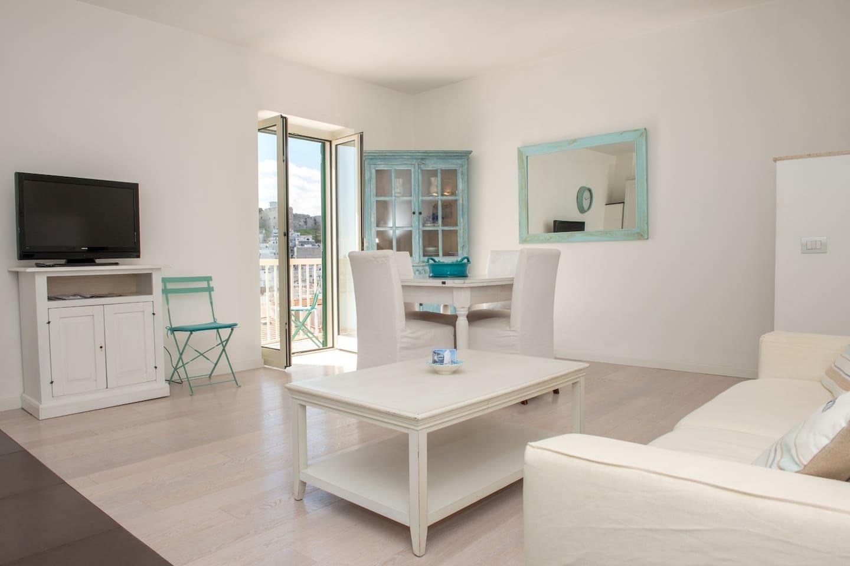 Sala da pranzo con vista panoramica  sulla splendida Piazzetta di Marina Piccola nota per la sua affascinante e riservata spiaggetta