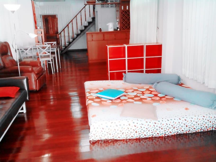 实木地板的客厅可随意休闲,上网,小憩,