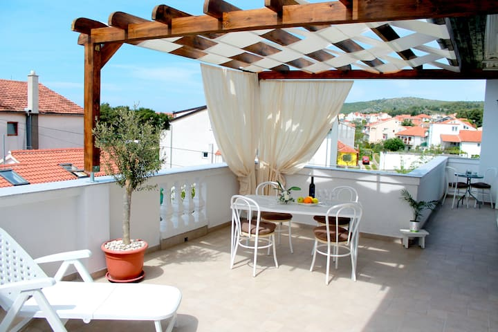 Apartment 4 Juricev 100 m to the beach and center - Vodice - Departamento
