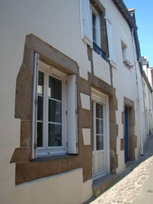 maison dans une petite rue en sens unique