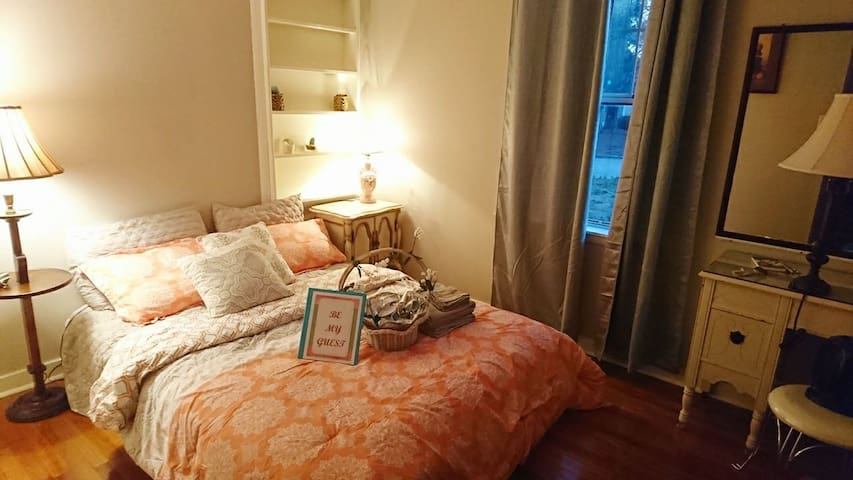 ~ Cozy, Plush Bed, & Safe Neighborhood~