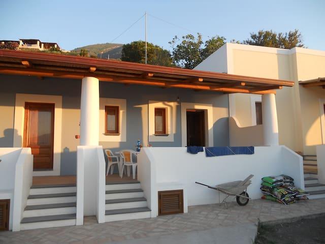 Casetta con terrazza stile eoliano