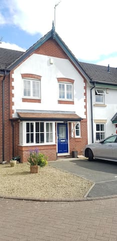 Beautiful 2-bedroom house near Manchester Airport
