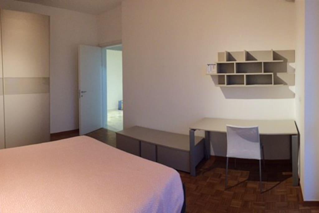 Camera da letto con zona studio