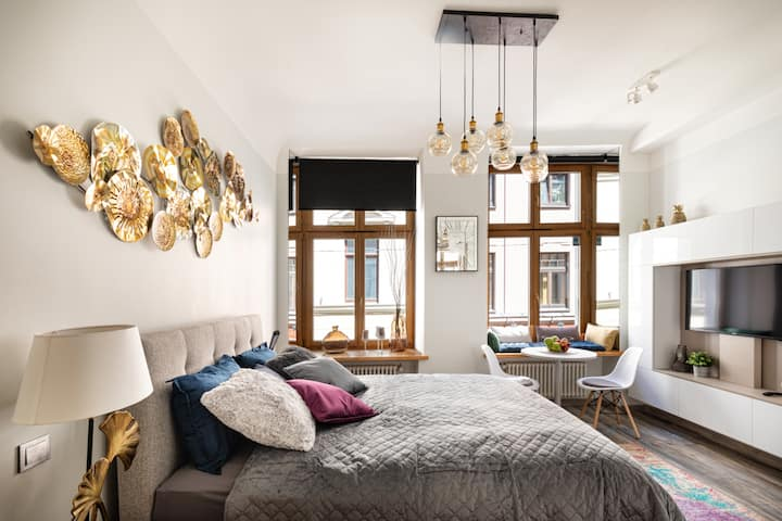 Design King Bed Studio Apartment in Old Town