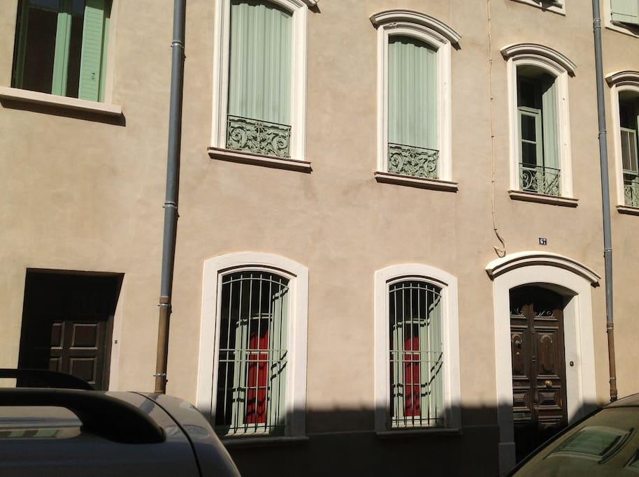 A gauche, porte d'entrée du studio, domicile à droite