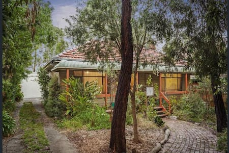Country cottage getaway in the middle of Melbourne