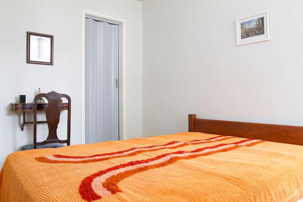 Quarto e porta do banheiro (suite).