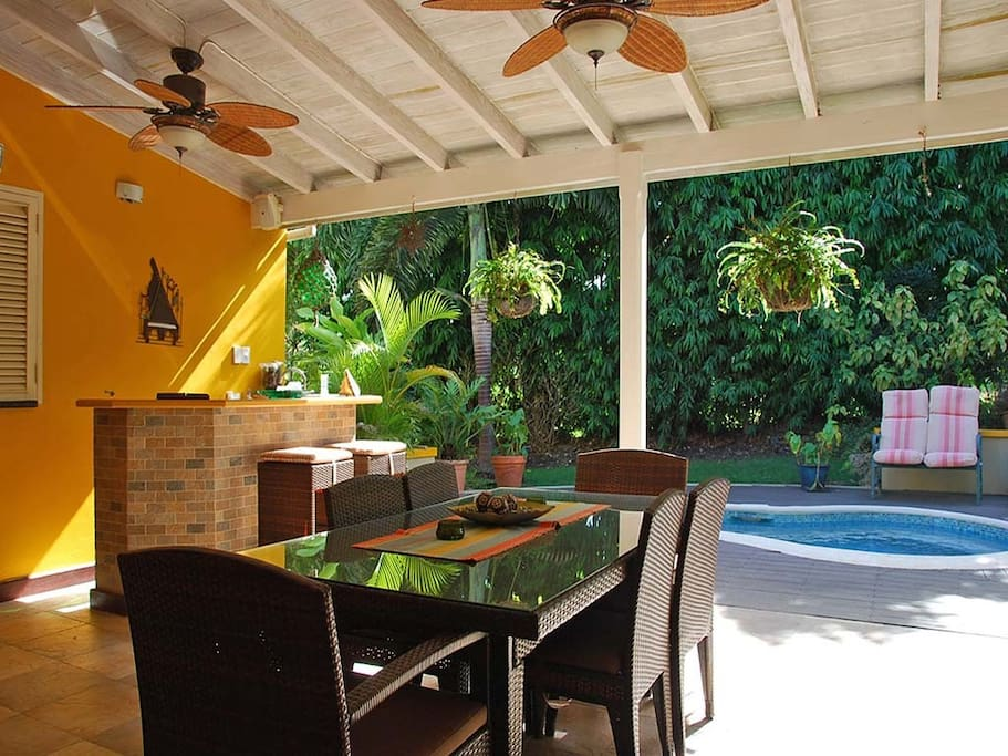 Outdoor dining with wet bar
