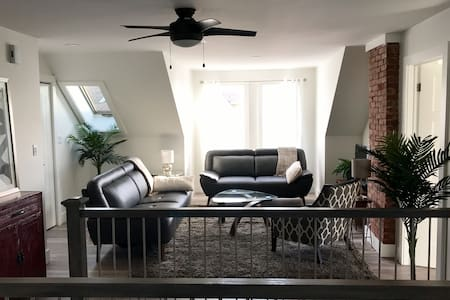 Beautiful 2 bedroom open concept with water views - 夏洛特敦 - 公寓