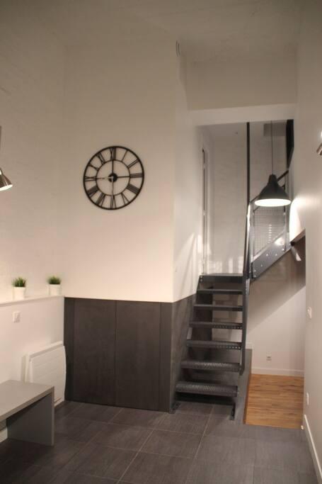 Escalier qui mène à la chambre et la salle de douche