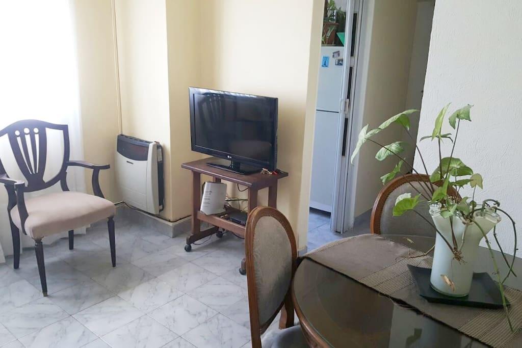 mesa y tv sala  de estar