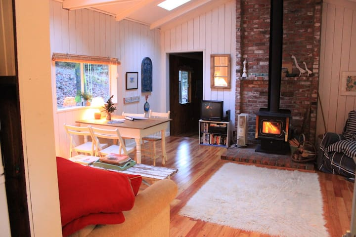 Duck Creek Waterfront Cottage - Salt Spring Island - Hus