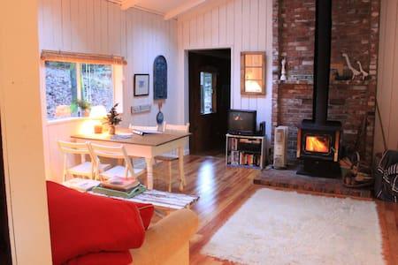 Duck Creek Waterfront Cottage - Salt Spring Island - 独立屋