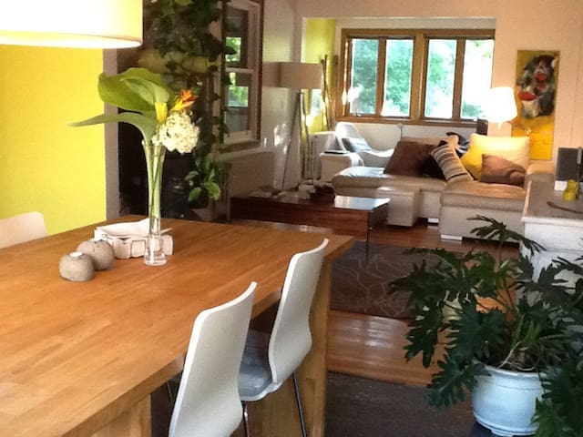 Charming house at 10 min from Mtl - Longueuil - บ้าน