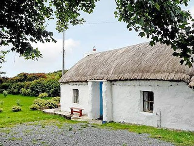 Rural Romantic Thatched Cottage  - Portsalon - House