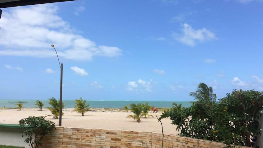 Beira-mar no melhor trecho da praia - Ponta de Pedras