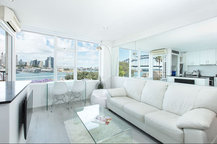 Views of the Opera House - Modern Studio Apartment