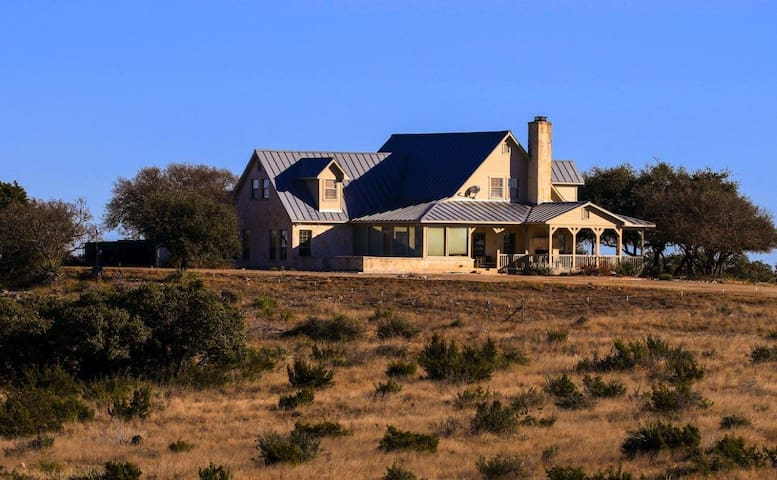 Hill Country Getaway with an Amazing View
