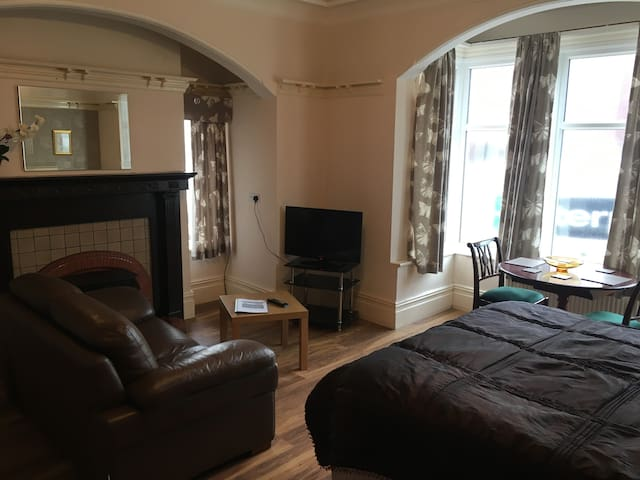 Sea View Studio Apt, Free Parking, 30m to the prom