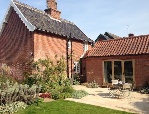 Stylish seaside cottage in idyllic location