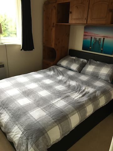 Double Bedroom in ideal location. - Chertsey - Dom