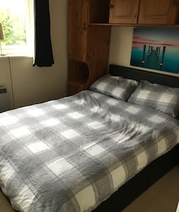Double Bedroom in ideal location. - Chertsey - House