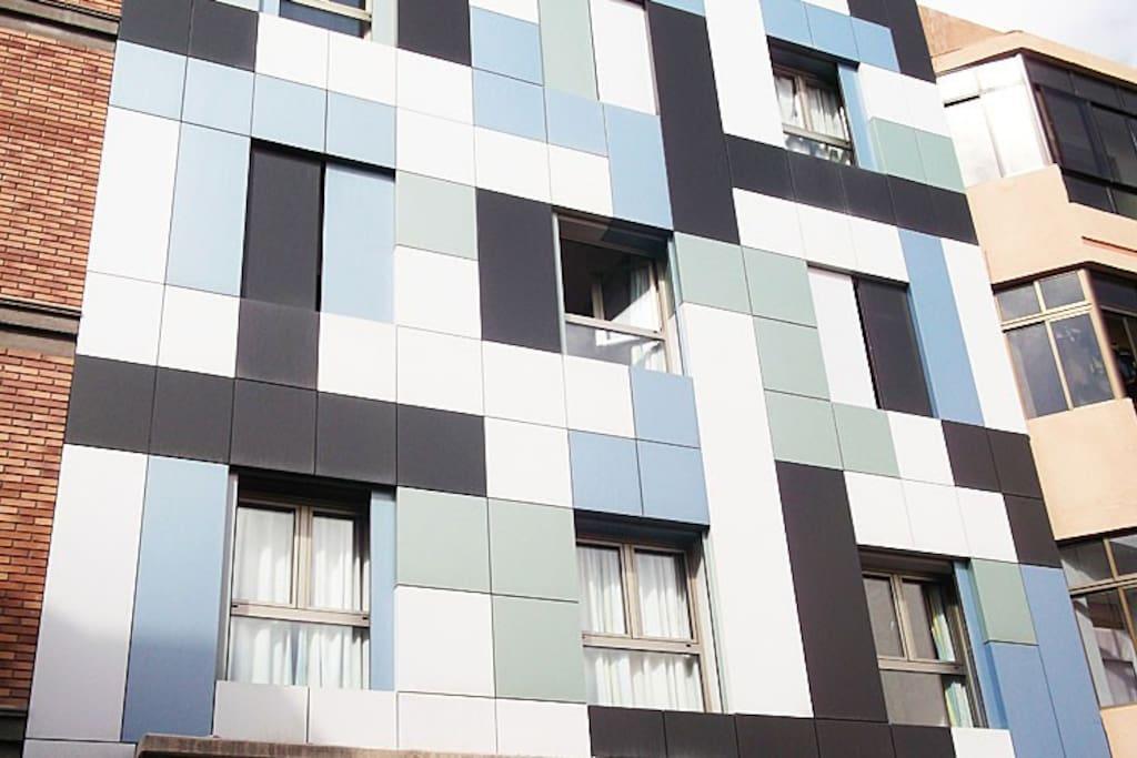 edificio moderno y de calidad, de nueva construcción