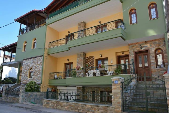 Σπίτι στην είσοδο του Λιτοχώρου με αυλή.