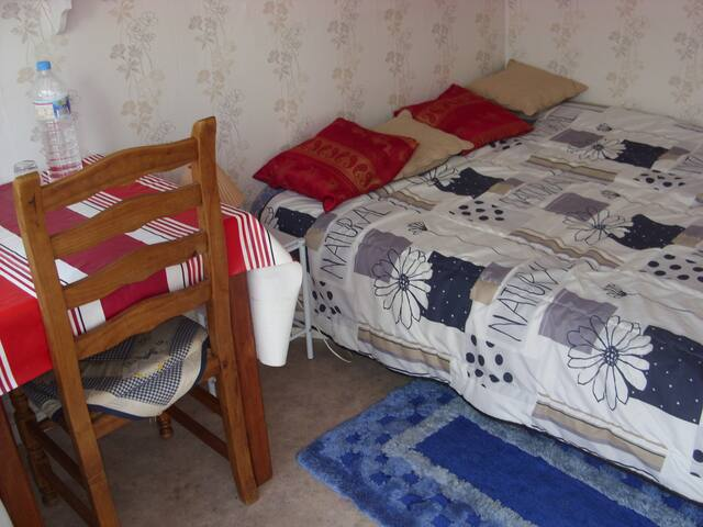 chambre simple  et agreable - Le Quesne - Hospedaria