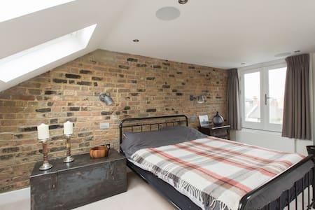 Double bedroom & private bathroom in trendy SW2 - London