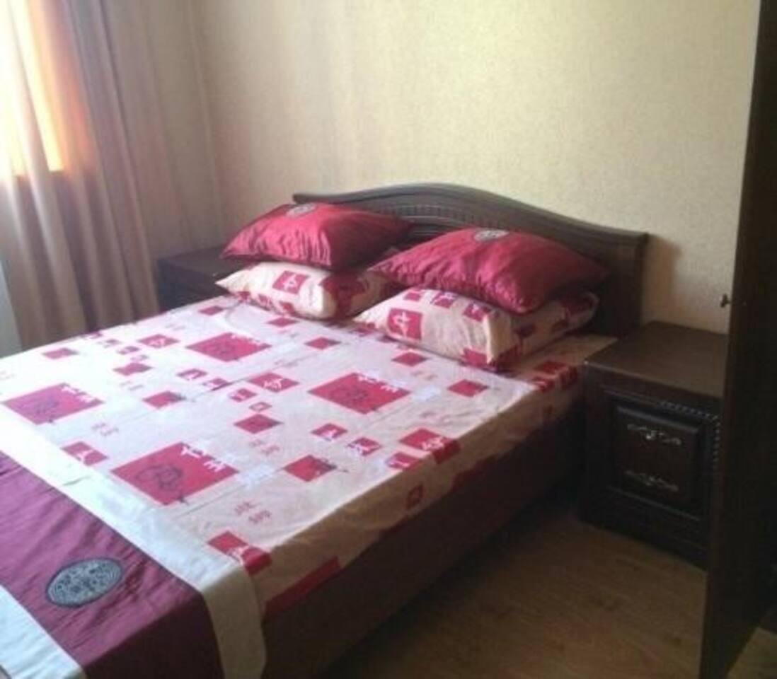 4-х местный люкс. В одной из двух комнат двуспальная кровать с тумбочками и большим платяным шкафом