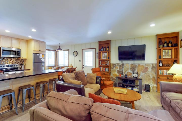 Cozy, family-friendly home in the woods, close to the lake & skiing at Northstar
